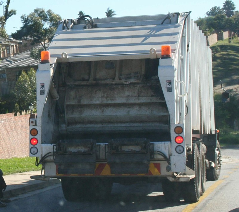 http://www.sa-transport.co.za/trucks/m-b/mercedes_garbage_truck.JPG